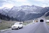 Boca sud del túnel de Viella amb un Renault 4 en primer terme i muntanyes al fons