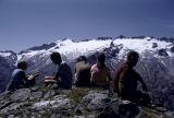 Grup d'alpinistes al port de la Picada, al fons l'Aneto