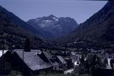 El poble d'Arties i el Montardo al fons
