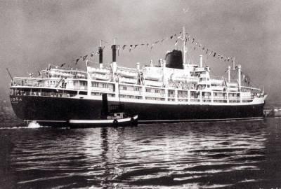 Paquebot BEGOÑA de la Cia Trasatlantica ,  entrant a un port