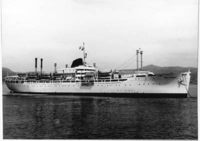 Motonau MONTSERRAT (2) de la Cia Trasatlantica , fondejada davant d'una costa desconeguda