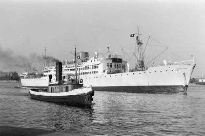 Motonau SATRUSTEGUI , de la Cia Trasatlántica SA , navegant al port de Barcelona