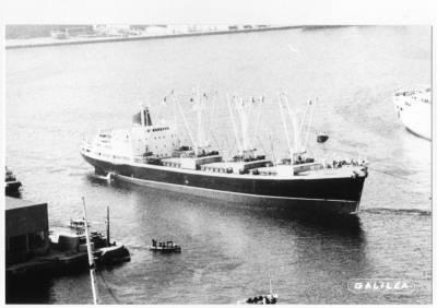Motonau COROMOTO , de la Cia Trasatlantica , al port de Barcelona