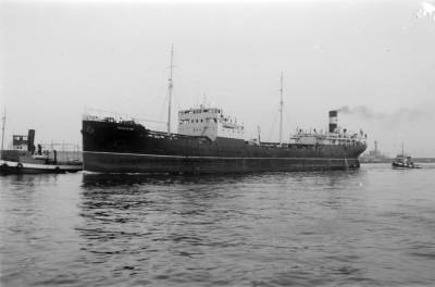 Petrolier REMEDIOS , de la Compañía Arrendataria del Monopolio de Petróleo SA ( CAMPSA ) , navegant al port de Barcelona
