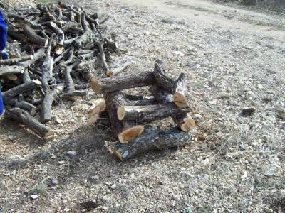 Justo Sorando Gómez, carboner,construint una carbonera  de llenya, pas.3
