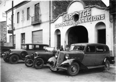 Garatge Central Reparacions de La Pobla de Segur, amb els 3 primers taxis Farrús.