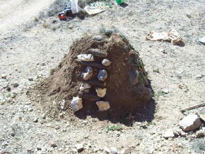 Justo Sorando Gómez, carboner,construint una carbonera  de llenya, pas.6