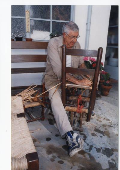 Jaume Marès, cadiraire de Banyoles, embalcant cadires