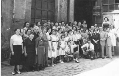 Esperança Caballé - Fotografia celebració 25 anys fàbrica tèxtil Can Saladrigas - pati fàbrica