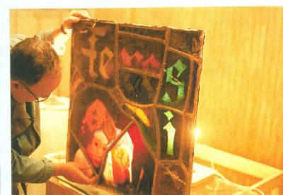 Pere Cánovas treballant en un vitrall (restauració de l'obra de Gaudí)