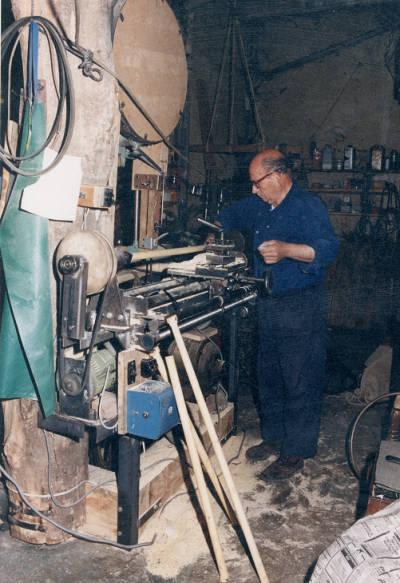 Joaquim Vilanova Ribot (Boluña) treballant el torn al seu taller.