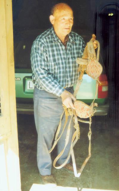 Boluña, baster de Tremp amb unes morralles fetes per ell.