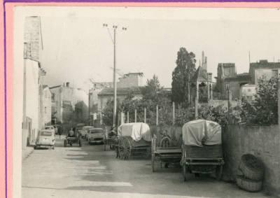 Aparcament de carros un dia de mercat a Banyoles