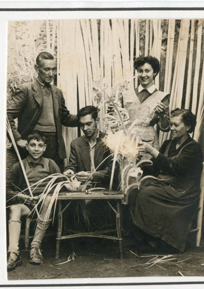 La família Olivas, cistellers de Banyoles, treballant la palma