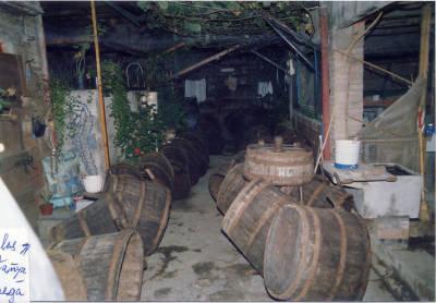 Verema i vinificació. Portadores de raïm disposades al pati de la casa d'en Joan Humet