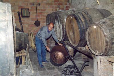 Verema i vinificació. Oleguer Humet amb les bótes de vi al celler de casa seva