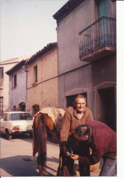 Manel Riera Llonch ferrant un cavall