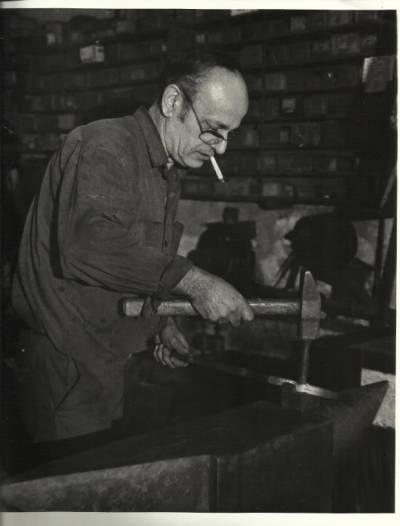 Manel Riera Llonch forjant el ferro al taller