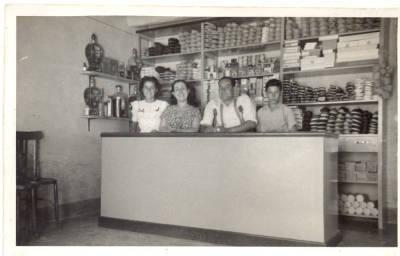 Interior de la botiga d'espardenyes (espardenyeria) de Joan Alemany Casany a Santa Perpètua de Mogoda.