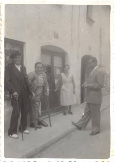 Joan Alemany Casany (amb crosses) davant de la seva botiga o espardenyeria a Santa Perpètua de Mogoda.