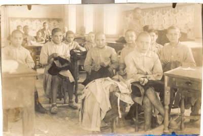 Grup de nois hospitalitzats a l'hospital Sant Joan de Deu de Barcelona durant la dècada de 1920 a 1930.