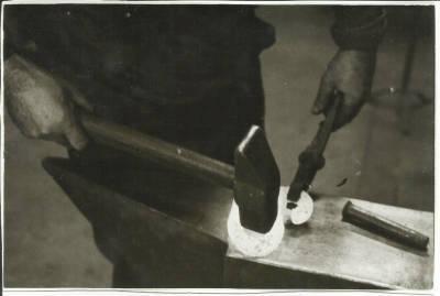 Manel Riera forjant el ferro al taller