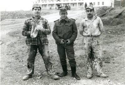 Josep Romero Arcs i Joan Gonzàlez, guixaires, treballant al campament militar Martin Alonso de Talarn, 1961.