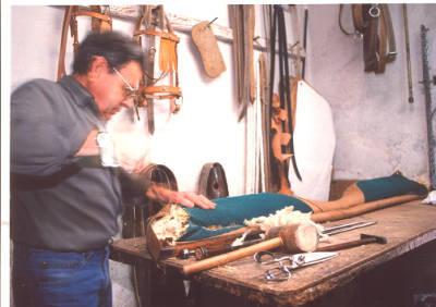 Pere Frigola, baster de Banyoles, fent un collar per a un animal de tir