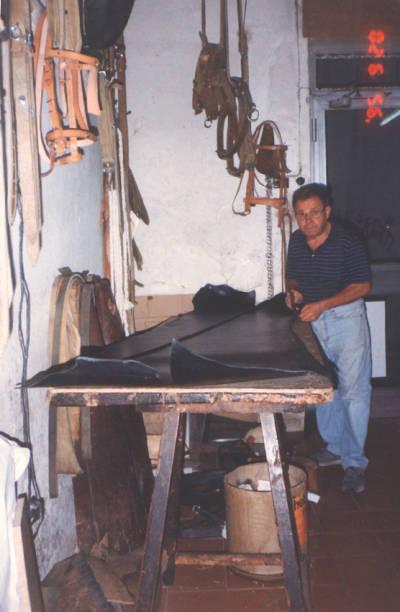 Pere Frigola, baster de Banyoles, talla una peça de cuir