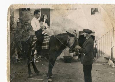 Família Oliveras, traginers de Banyoles, al pati de casa seva