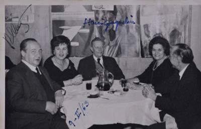 Rossend Llates, la sra. Sindreu, Henri Gagnebin, Maria Canals i Salvador Sindreu asseguts al voltant d'una taula