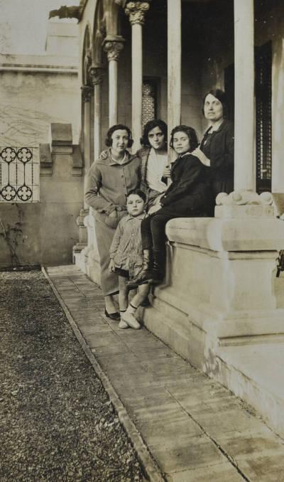 Maria Canals amb la seva mare Agnès Cendrós i la pianista Margarida Chala a Tiana.