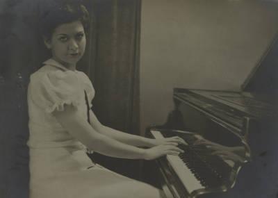 Retrats de Maria Canals, asseguda al piano