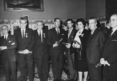Retrat de Maria Canals amb altres guardonats, després de rebre una condecoració del Govern italià