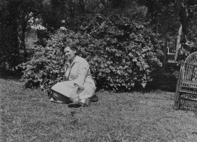 Retrats de Maria Canals i Elisabeth Martínez Guarro en un parc