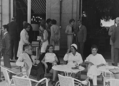 Membres del jurat del Concurs Margarite Long de París, en la terrassa  d'una cafeteria.
