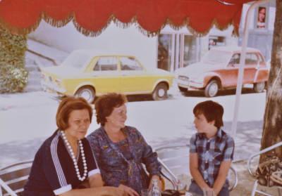 Maria Canals, Juliana Torrecilla, dona d'Álvaro Agustí Llates i un nen, a la terrassa d'un bar