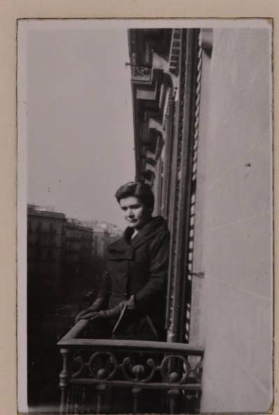Retrat de Maria Canals en un balcó