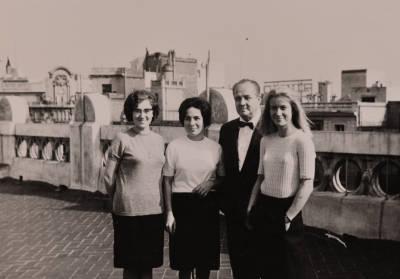 Retrat de grup de Liliana Maffiotte, Leonora Milà, Rossend Llates i Margarida Serrat, al terrat del domicili de Maria Canals