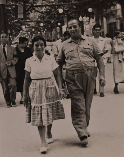Rossend Llates i Leonora Milà passejant pel carrer