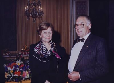 Maria Canals i un home durant la recepció al Palau de Pedralbes, amb motiu de la XXXI edició del Concurs