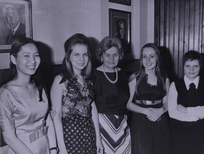 Retrat de Maria Canals amb les finalistes de piano de la XVIII edició del Concurs Maria Canals
