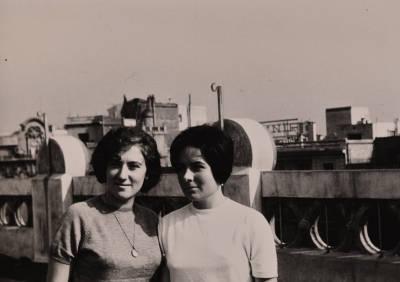 Liliana Maffiotte i Leonora Milà al terrat del domicili de Maria Canals