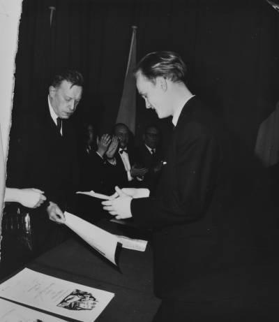Henri Gagnebin entrega un guardó a Dag Achatz, guanyador del primer premi de piano de la X edició del Concurs