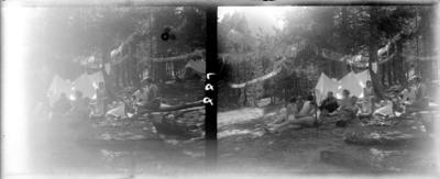 Campament d'un grup excursionista a la muntanya