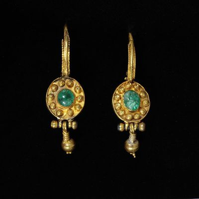 Pair of gold earrings set with gems, Lombard Kingdom, 500-700. Gold set with gems.  Gold set with gems.