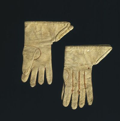 Pair of doll's kid leather gloves, London, 1690-1700. Pair of doll's gloves of white kid leather with a gauntlet cuff, and seamed in brown silk thread.;;