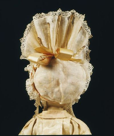 Doll's lawn cap with wire and ribbon, London, 1690-1700.