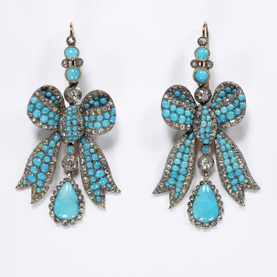 Pair of earrings in the shape of a bow with a turquoise drop, gold, pavé-set with Russian turquoises and with rose and brilliant-cut diamonds, England, about 1850-60. Pair of earrings in the shape of a bow with a turquoise drop, gold, pavé-set with turquoises and with rose and brilliant-cut diamonds.  Gold, pavé-set with turquoises and with rose and brilliant-cut diamonds.