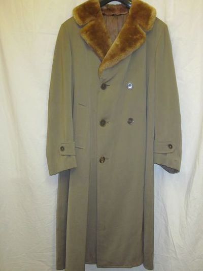 Man's coat, brown wool gabardine with a fur fabric collar, British, 1965-69. Man's coat of brown wool gabardine with fake fur collar. Wool gabardine and fake fur.